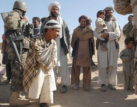Grupo de ciudadanos afganos, entre ellos un joven con discapacidad