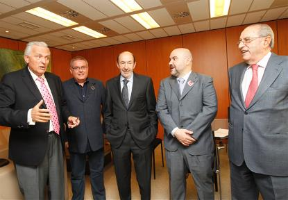 Alfredo Pérez Rubalcaba, candidato a la presidencia por el PSOE, junto a representantes de las plataformas sociales, entre ellos el presidente del CERMI, Luis Cayo Pérez Bueno