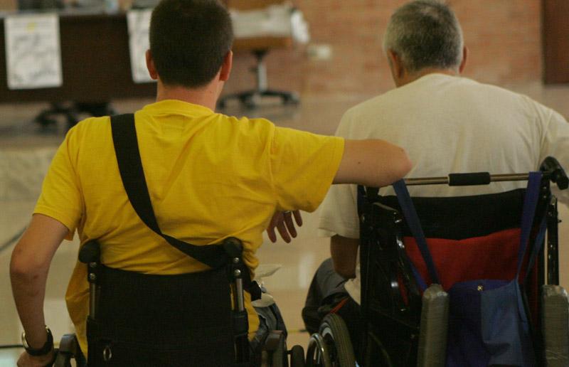 Dos hombres en silla de ruedas