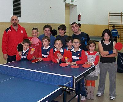 Basilio García y algunos de los niños a los que enseña tenis de mesa