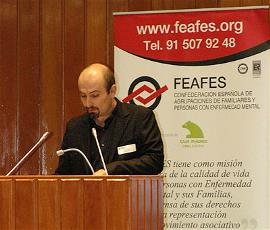 Basilio García, durante la lectura del Manifiesto del Día de la Salud Mental de 2012