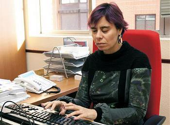 Virginia Carcedo escribe en el ordenador de su despacho
