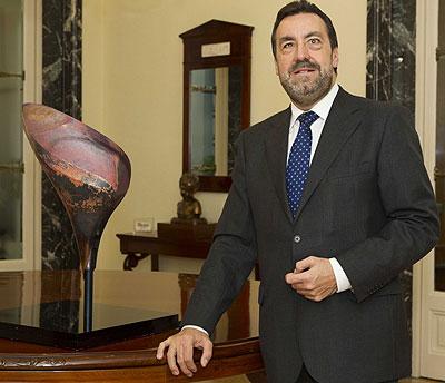 Miguel Carballeda posa con el pétalo del pebetero donado al Comité Paralímpico Español
