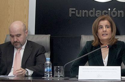 """Luis Cayo Pérez Bueno (izquierda) y Fátima Báñez, durante la presentación de la campaña """"No te rindas nunca"""""""