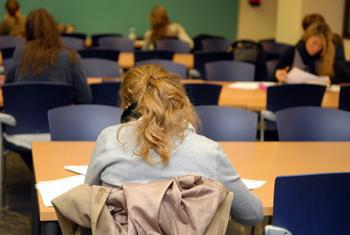 Estudiantes universitarios en una biblioteca