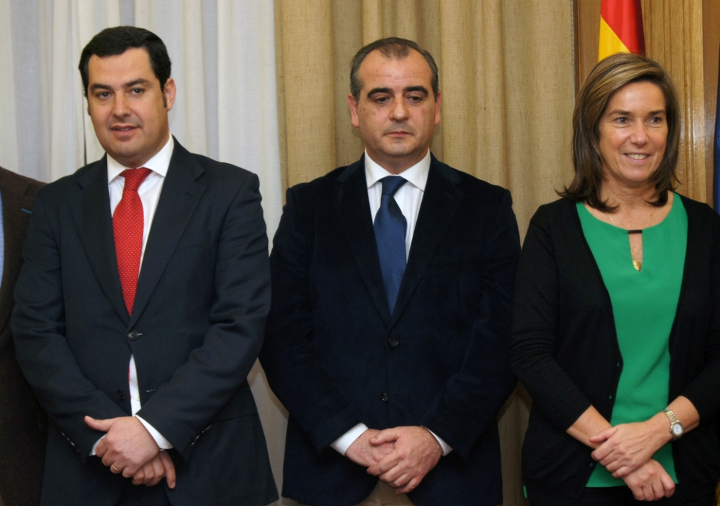 La ministra Ana Mato junto al secretario de Estado de Servicios Sociales e Igualdad, Juan Manuel Moreno Bonilla, y el presidente de la Plataforma del Tercer Sector, Luciano Poyato