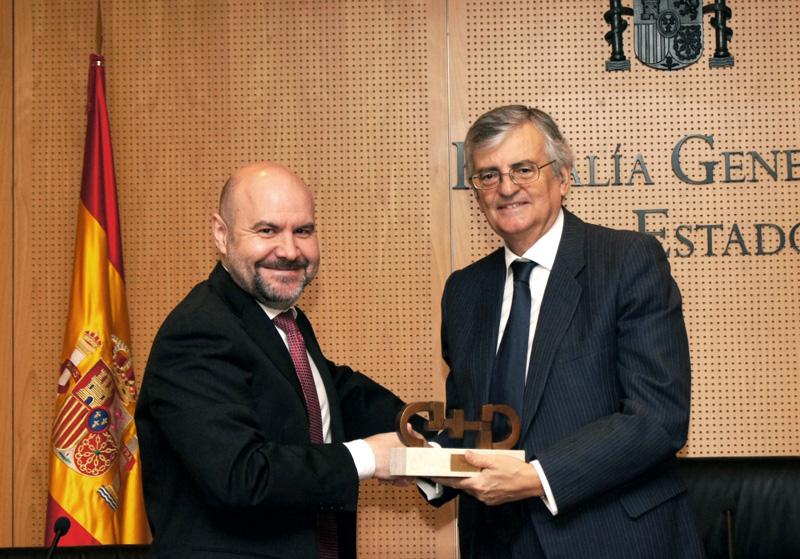 El presidente del CERMI, Luis Cayo Pérez Bueno entrega el Premio cermi.es a Eduardo Torres-Dulce, fiscal general del Estado