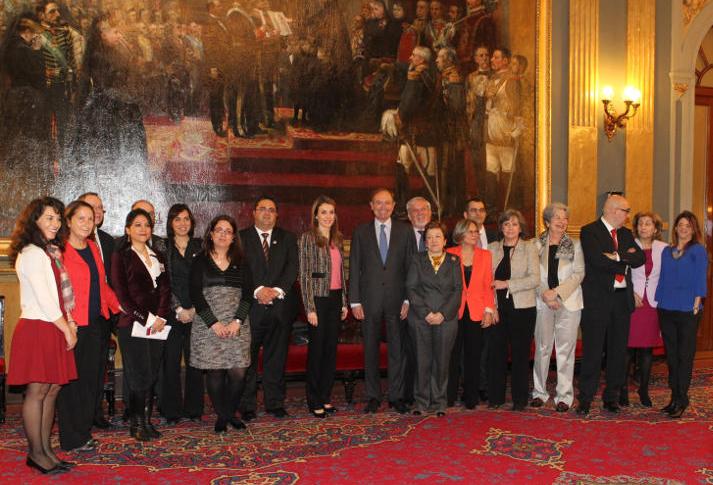 Fotografía de grupo de la Princesa de Asturias, los responsables de FEDER y las autoridades asistentes al acto oficial del Día Mundial de las Enfermedades Raras