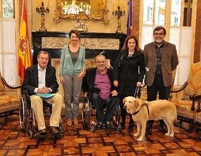 Los representantes del CERMI Illes Balears, con la presidenta del Parlamento regional