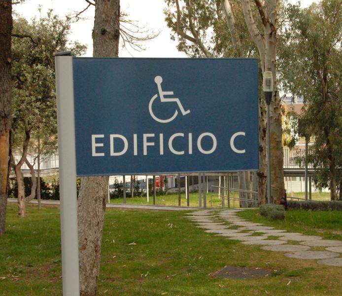Cartel con el símbolo de la silla de ruedas