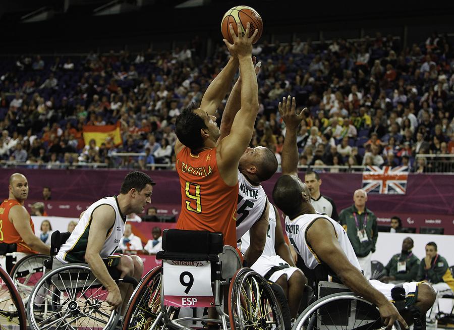 El baloncesto en silla de ruedas, uno de los deportes paralímpicos más plásticos. Y España, equipo revelación en Londres 2012, con su quinto puesto. Alejandro Zarzuela tira a canasta entre tres contri