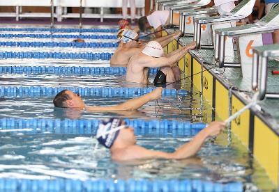 La natación paralímpica permite adaptaciones del reglamento, como la salida desde dentro del agua, con nadadores con grandes discapacidades físicas asiéndose mediante una cuerda al poyete de salida