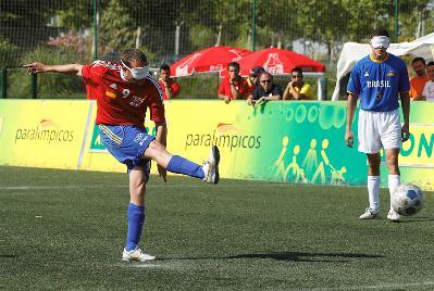 Lanzamiento de penalti. Fútbol de ciegos, en el torneo preparalímpico de Villaviciosa de Odón (junio de 2012)