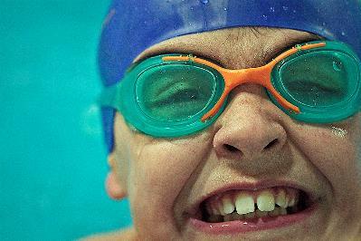 Un joven nadador sonríe a la vida