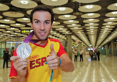 El nadador con discapacidad visual Enrique Floriano muestra orgulloso su medalla lograda en los Juegos de Londres
