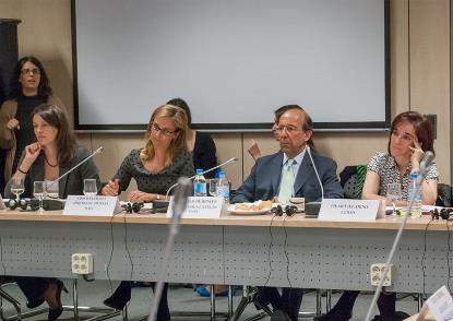Pilar Villarino (derecha), durante su participación en el seminario