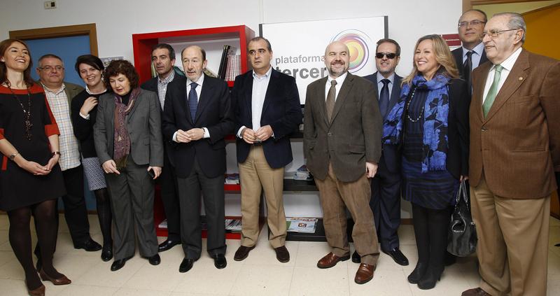 El secretario general del PSOE, Alfredo Pérez Rubalcaba, con Trinidad Jiménez, secretaria de Política Social del PSOE, y representantes de la Plataforma del Tercer Sector