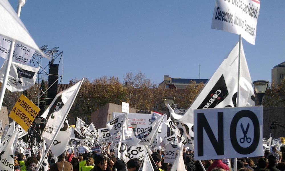 Imagen de la marcha SOS Discapacidad donde destacan pancartas con un gran NO a los recortes