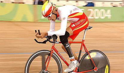 Un ciclista con discapacidad física compite con su prótesis