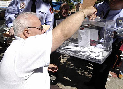 Un hombre con discapacidad física ejerce su derecho al voto