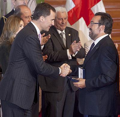 Miguel Carballeda (derecha), actual presidente de la ONCE y su Fundación, recibe un premio de manos del Príncipe de Asturias