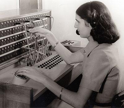 Una joven ciega trabaja de telefonista