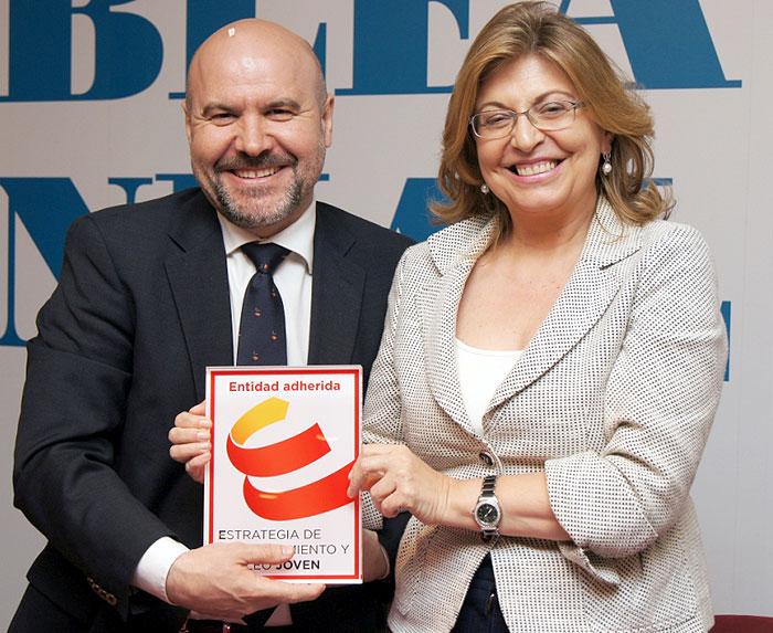 Luis Cayo Pérez Bueno y Engracia Hidalgo, tras la firma de adhesión del CERMI CERMI a la Estrategia de Emprendimiento y Empleo Joven 2013-2016
