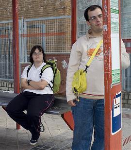 Dos jóvenes con síndrome de Down, ante una parada de autobús accesible