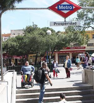 acceso a estación de metro con escaleras