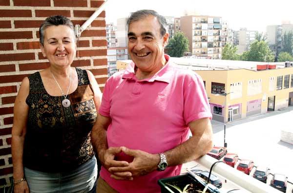 Araceli Navarro y Joaquín Álvarez, en la terraza de su casa