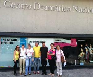 Participantes en un proyecto de voluntariado cultural ante el Centro Dramático Nacional