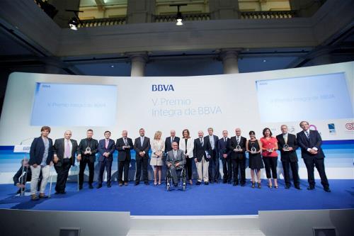 Foto de familia de los premiados, el jurado y personalidades en el acto de entrega de los Premios Integra del BBVA en su quinta edición