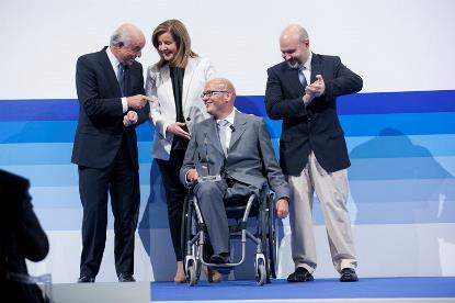 Anxo Queiruga, presidente de Galega de Economía Social, empresa ganadora del V Premio Integra, junto a la ministra Báñez, el presidente del BBVA y el presidente del CERMI