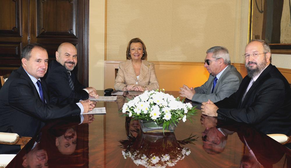Luis Cayo Pérez Bueno, presidentde del CERMI, en un encuentro con la presidenta del Gobierno de Aragón, Luisa Fernanda Rudi, junto con el CERMI-Aragón