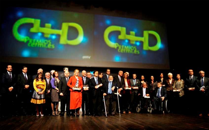 Foto de familia tras la ceremonia de entrega de los Premios cermi.es 2011