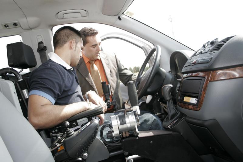 Un conductor prueba un vehículo adaptado
