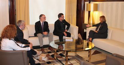 Una delegación del COCARMI junto a la presidenta del Parlamento de Cataluña, Núria de Gispert (fotografía cedida por el Parlament de Catalunya)
