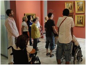 Personas con discapacidad asistiendo a una visita accesible a un museo