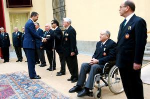 El Príncipe Felipe saluda a miembros de ACIME