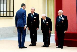 El Príncipe Felipe saluda al presidente de ACIME y otros miembros