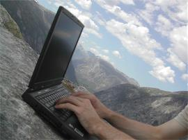 Ordenador portátil con fondo de nubes