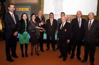 Representantes del CERMI con el Premio Extraordinario de Defensa 2013