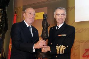 Andrés Medina, presidente de ACIME, recibe el Premio Extraordinario de Defensa 2013 en nombre del CERMI