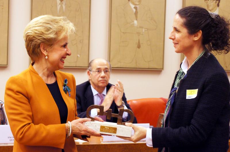 Ana Pélaez, comisionada de Asuntos de Género del CERMI, entrega el Premio Cermi.es 2013 a la presidenta de la Comisión de Igualdad del Congreso, Carmen Quintanilla