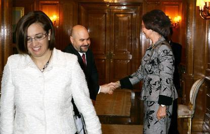 Luis Cayo Pérez Bueno, presidente del CERMI saluda a la Reina en la reunión del Real Patronato sobre Discapacidad