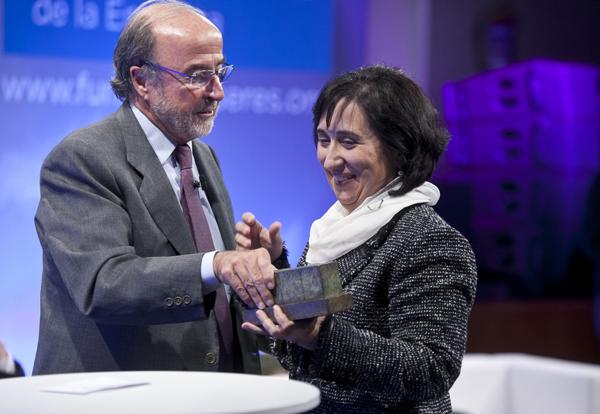 Juan Arena, presidente de Fundación SERES entregando un premio SERES
