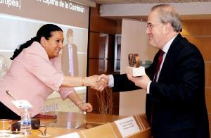 Isabel Bayonas, comisionada de Asuntos Internacionales del CERMI, entrega el Premio cermi a Francisco Fonseca, director de la Representación en España de la Comisión Europea