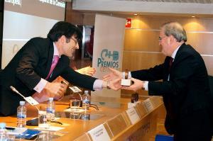 Alberto Durán, secretario general del CERMI, entrega el premio a Francisco Fonseca, director de la Representación en España de la Comisión Europea