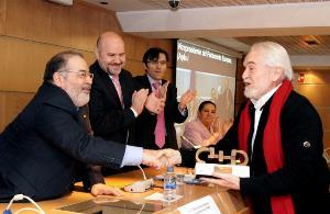 Mario García, vicepresidente del CERMI, entrega el Premio a Miguel Ángel Martínez, vicepresidente del Parlamento Europeo