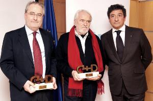 Los representantes de las Instituciones Europeas en España con los premios recibidos